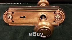 VINTAGE BRASS BRONZE DECORATIVE DOOR KNOB SET OVAL BACKPLATES SPINDLE Russwin